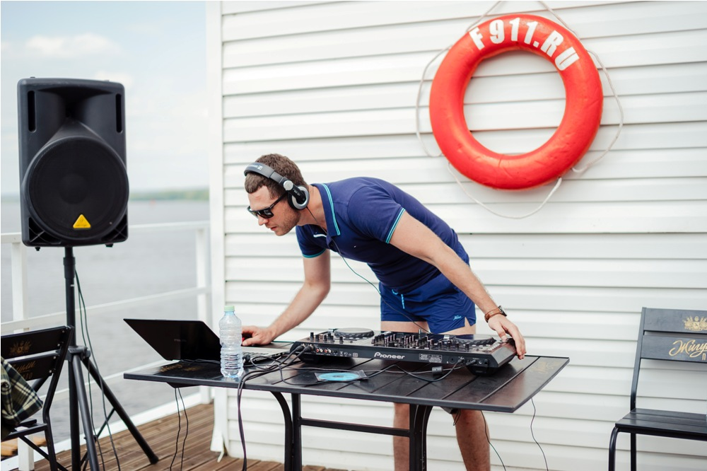 DJ создает драйв