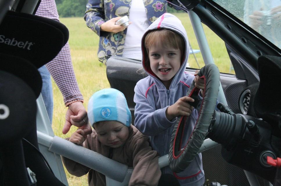 Дети в восторге от раллийного автомобиля