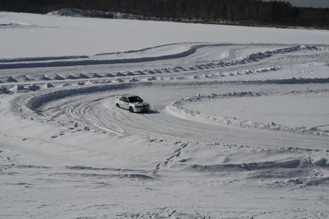 Автомобиль на ледовой трассе