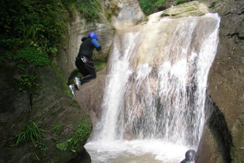 Переправа через водопад