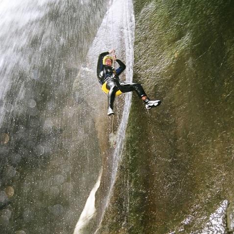 На веревке через водопад