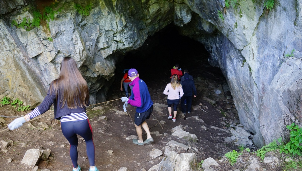 Отправились в пещеру